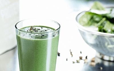 Creamy groene smoothie met een snufje verwarmende kardemom